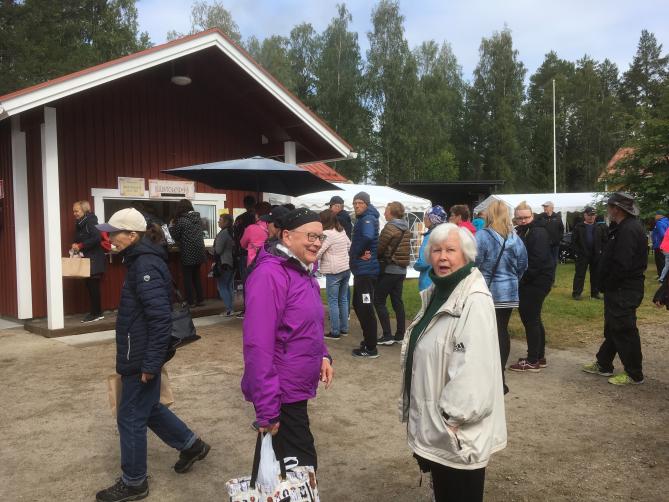 Näin jonotettiin ostamaan juustoleipiä Ristijärven Juustoleipämessuilla 2019.