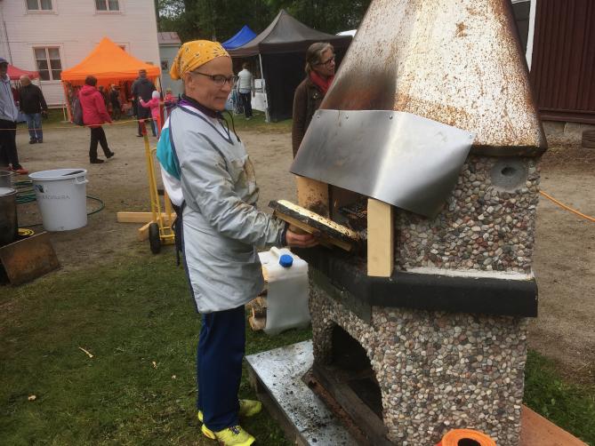 Ristijärven Juustoleipämessuilla 2019 paistettiin juustoleipiä näin.