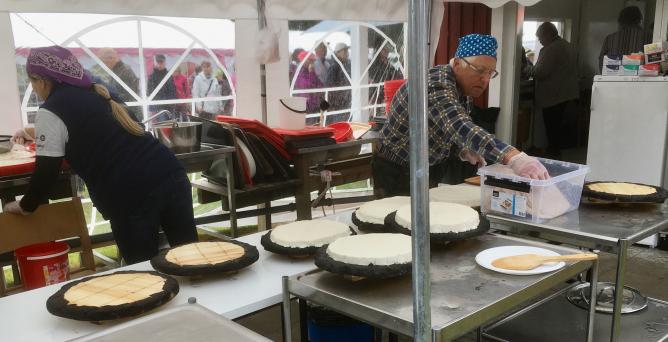 Juustoleipiä valmistellaan paistamista varten vuoden 2019 Juustoleipämessuilla Ristijärvellä.